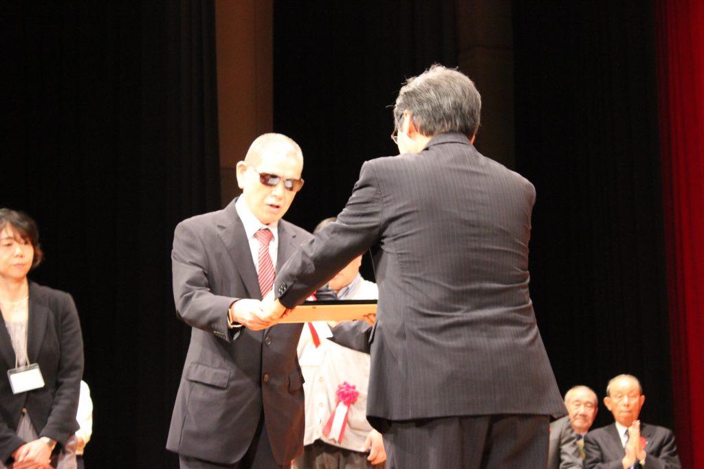 市長表彰壇上写真2
